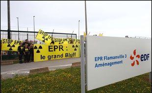 Vingt-quatre militants de Greenpeace ont manifesté en juin devant le chantier de l'EPR de Flamanville où ont été retrouvés des tenues de travail contaminées.