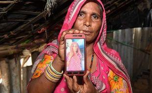 Mohinidevi Nath présente une photo de sa cousine Shantadevi Nath, morte lynchée par la foule à cause de fausses rumeurs.