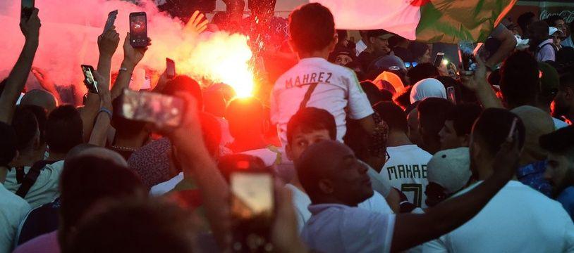 Des supporters fêtent la qualification de l'Algérie en finale de la Coupe d'Afrique des nations, le 14 juillet 2019 à Paris.
