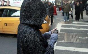 Une New-Yorkaise utilise un smartphone.