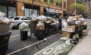 Des poubelles dans une rue à New York.