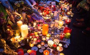 Des bougies en hommage aux victimes des attentats, à Paris
