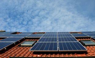 Des panneaux solaires installés sur un toit.