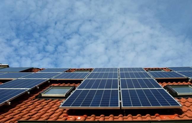 Des panneaux solaires installés sur un toit. Illustration.