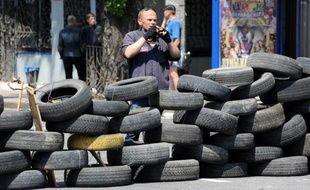 Un insurgé prorusse derrière une barricade à Donetsk, dans l'Est de l'Ukraine, le 28 mai 2014