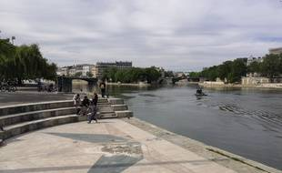 Un bateau de police patrouille pour faire respecter l'interdit de consommation d'alcool sur les quais de Seine.