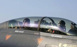 Le ministre de la Défense turque, Hulusi Akar, à bord d'un F-16 de l'armée turque.