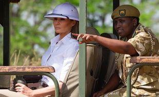 Coiffée d'un casque colonial blanc, Melania Trump a pris place à bord d'une voiture tout-terrain pour découvrir la faune sauvage du parc national de Nairobi.