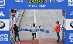 Kenya's Eliud Kipchoge crosses the line to win the 44th Berlin marathon in Berlin, Germany, Sunday, Sept. 24, 2017.