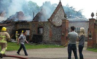 Claudia Schiffer assiste à l'incendie de sa demeure en Angleterre le 27 mai 2014