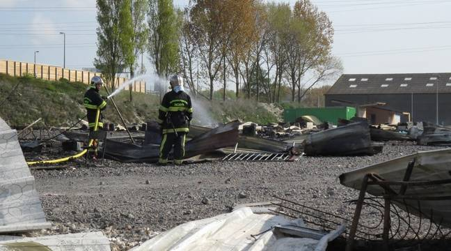 Les pompiers éteignent les dernières flammes au camp de migrants de Grande-Synthe (Nord) le 11 avril 2017 – O. Aballain / 20 Minutes