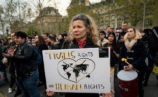 Un rassemblement contre la transphobie était organisé à Paris en réaction à l'agression de Julia, le 31 mars.
