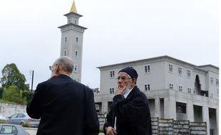Des hommes devant la mosquée de Poitiers, occupée le samedi 20 octobre 2012 par des militants d'extrême droite.