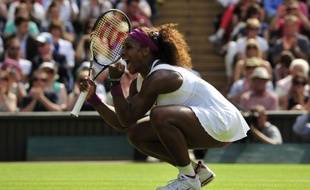 Serena Williams a écarté l'obstacle le plus redoutable qui la séparait d'un cinquième titre à Wimbledon en battant la N.2 mondiale Victoria Azarenka en deux sets 6-3, 7-6 (8/6) jeudi en demi-finale et devra achever le travail samedi face à l'outsider Agnieszka Radwanska.