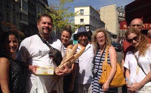 Des touristes et leur guide lors d'un tour gastronomique à Montmartre, le 11 août 2015.