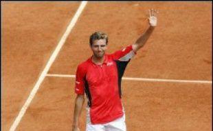Le Français Julien Benneteau, 95e mondial, s'est qualifié lundi pour les quarts de finale du tournoi de tennis de Roland-Garros en bénéficiant de l'abandon de l'Espagnol Alberto Martin, mené 5-1 dans le premier set.