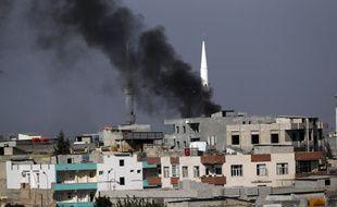 Un incendie lié à un tir de roquette kurde à Akcakale, dans le sud de la Turquie.