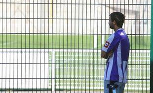 Un supporter toulousain devant le stade du TFC après l'annonce de la mort de Brice Taton, agressé à Belgrade