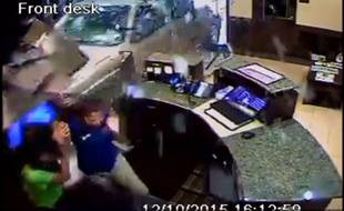 Mécontent du service, un homme a foncé sur la réception de l'hôtel au volant de sa voiture.