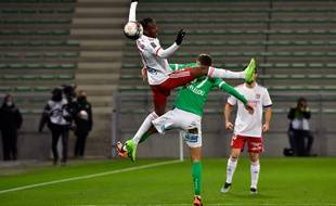 Ici à la lutte avec Gabard, Tino Kadewere s'est encore montré décisif dans un derby, ce dimanche dans le Chaudron. Philippe DESMAZES / AFP)