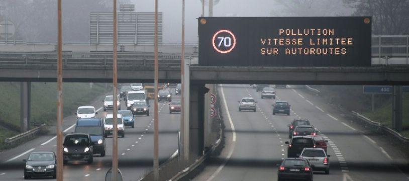 La vitesse est limitée pour cause de pollution à Strasbourg, le 12 décembre 2013