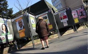 Les affiches sont collées depuis le 1er mars, date du début de la campagne officielle.