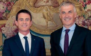 Manuel Valls (G) et Fabrice Verdier (D), conseiller régional et député du Gard, chargé d'animer le processus de choix du nom de la grande région Midi-Pyrénées/Languedoc-Roussillon, le 21 septembre 2015 à Paris