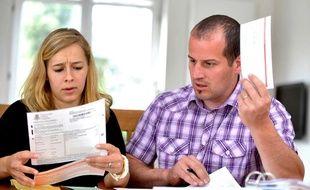 Jeune couple tenant ses comptes, illustration.