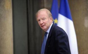 """Le ministre de l'Intérieur Brice Hortefeux a jugé jeudi que la remise en liberté par un juge de Bobigny d'un trafiquant présumé trouvé en possession de drogues et d'armes, dont un fusil d'assaut, constituait """"un mauvais signal pour la société""""."""