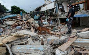 Des secouristes dans les ruines d'un hôtel à Pedernales, en Equateur, le 23 avril 2016