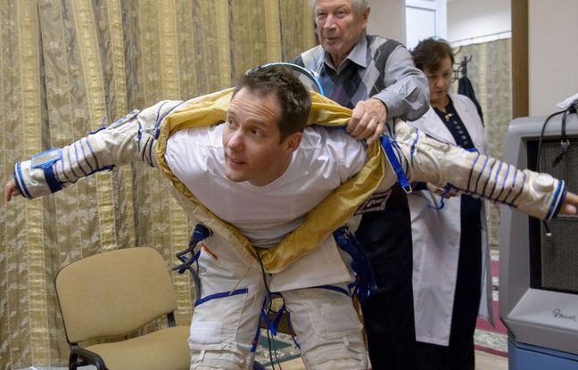 L'astronaute français Thomas Pesquet se fait aider pour enfiler sa combinaison.