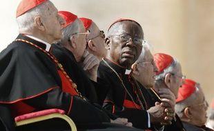Le cardinal Francis Arinze, entouré de confrères, écoute le dernier prêche de Benoît XVI le 27 février 2013 au Vatican.