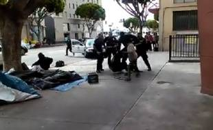 Une vidéo montre des policiers tuer un sans-abri à Los Angeles.