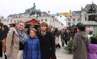 Julie, Solène et Chantal (de g.à d.) sont venues à Orléans pour l'élection de Miss France 2015, le 6 décembre 2014.