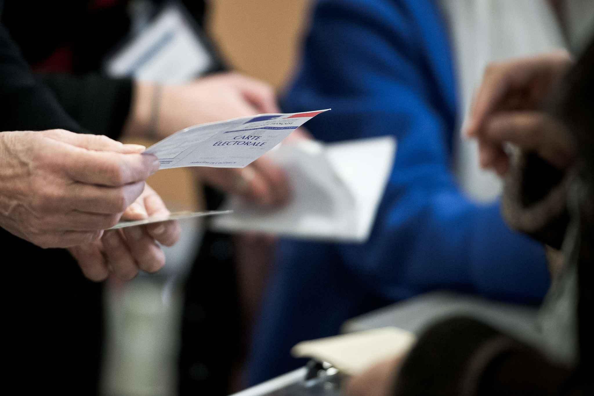 France : selon les sondages, Macron battrait largement Le Pen au second tour