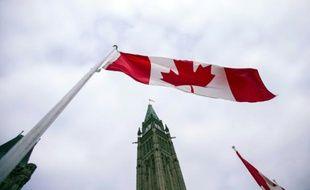 Un drapeau canadien flotte à Ottawa, le 4 décembre 2015