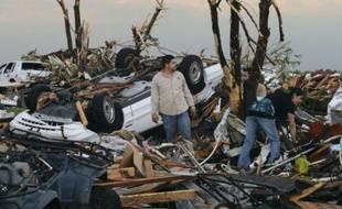 Des habitants sur les ruines de leur maison à Joplin (Missouri), le 22 mai 2011.