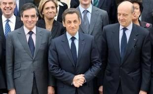 L'ancien Premier ministre François Fillon (g) aux côtés de l'ex-président de la République Nicolas Sarkozy (c) et l'ancien ministre des Affaires étrangères Alain Juppé (d) sur le perron du palais de l'Elysée à Paris le 17 novembre 2010