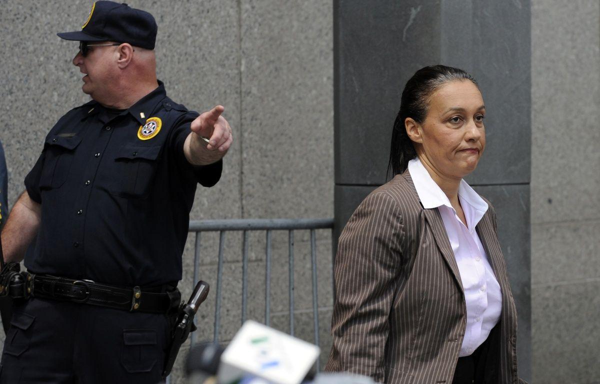 La journaliste Laurence Haïm à la sortie du procès Madoff, à New York, en juin 2009. – TIMOTHY A. CLARY / AFP