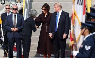 Melania et Donald Trump accueillis à leur arrivée en Corée du Sud par la ministre des Affaires étrangères Kang Kyung-wha, le 7 novembre 2017.
