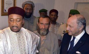 Le président du Niger Mahamadou Issoufou accompagné de Laurent Fabius et des otages français d'Arlit (dont Thierry Dol et FrançoisLarribe, au centre) le 29 octobre 2013 à l'aéroport de Niamey.