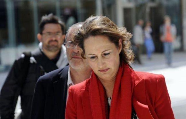 """Ségolène Royal a expliqué mercredi soir à La Rochelle ne pas avoir réagi à chaud au tweet de Valérie Trierweiler soutenant son adversaire car """"le coup était trop violent"""", comparant dans Libération """"la trahison politique"""" du dissident Olivier Falorni à celle d'Eric Besson en 2007."""