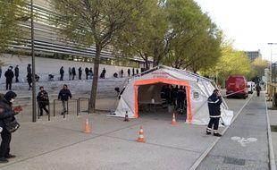Les pompiers de Marseille ont installé leur poste de tri à l'aube, ce jeudi matin.