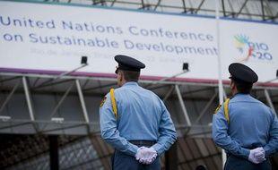Des policiers devant le centre de conférences Riocentro, à Rio de Janeiro, qui accueille le sommet des Nations unies sur l'environnement du 20 au 22 juin 2012.
