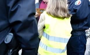 Un enfant et des policiers. (Illustration)