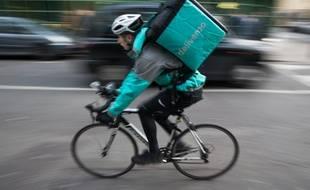 Un livreur à vélo travaillant pour la société Deliveroo.