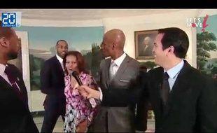 Capture d'écran d'une vidéo de Michelle Obama qui dunke sur un mini panier