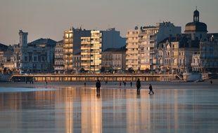 La plage et le remblai des Sables d'Olonne (Vendée).