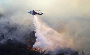 Un hélicoptère lutte contre le Getty Fire, un incendie qui menace l'ouest de Los Angeles depuis le 28 octobre 2019.