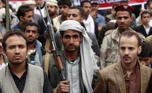Un partisan du mouvement chiite houthi mâche du qat, lors d'une manifestation à Sanaa, le 8 mai 2015